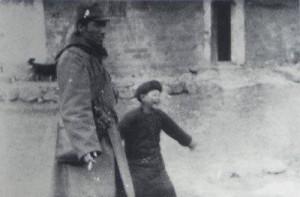 南京陥落直後、南京近郊にて中国人の子供と手をつないで歩く赤星昂(あかぼしたかし)少尉(夫人提供)